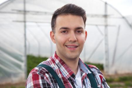 joven agricultor: Agricultor joven en el trabajo