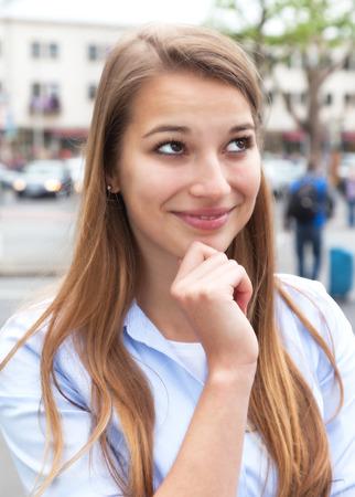 cabello rubio: Pensando en la mujer con el pelo rubio en la ciudad