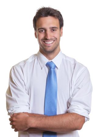 Latin Geschäftsmann mit blauer Krawatte und gekreuzten Armen Standard-Bild - 30679597