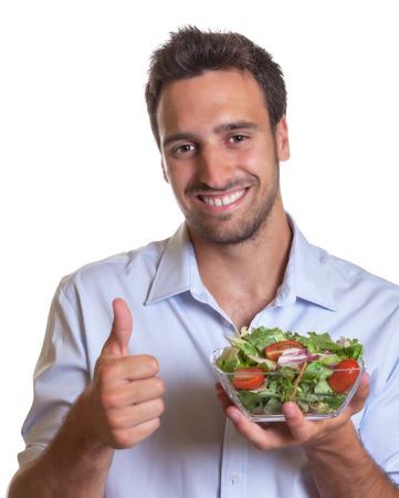 healthy lifestyle: Hombre latino recomendar ensalada fresca