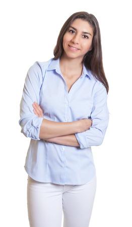 Staande Mexicaanse zakenvrouw met gekruiste armen