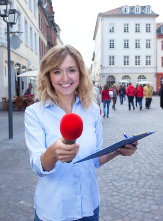 Junge Frau fragt nach Meinung in der Stadt Standard-Bild - 33022230
