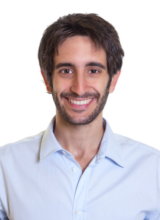 Portret van een lachende latin man met baard