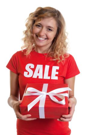 cabello rubio: Mujer de risa con el pelo rubio y un regalo en una venta-shirt