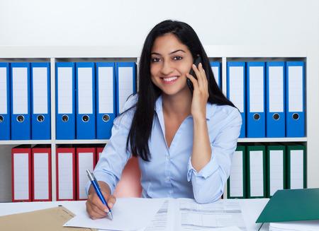 Imprenditrice turca con il telefono in ufficio Archivio Fotografico - 33364841