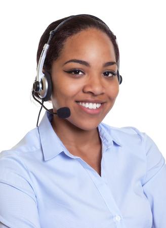 Portret van een lachende Afrikaanse telefoon operator met een headset