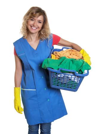 cabello rubio: Riendo ama de casa con el pelo rubio y una cesta de ropa