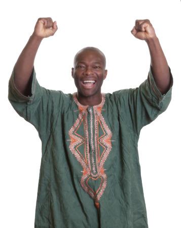 Acclamation de joie l'homme africain avec des vêtements traditionnels et les bras tendus Banque d'images - 34838791