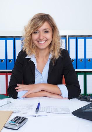 cheveux blonds: Attractive businesswoman avec des cheveux blonds boucl�s