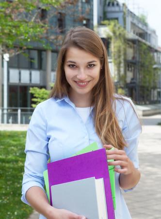 cabello rubio: Feliz, estudiante con el pelo largo y rubio en el campus Foto de archivo