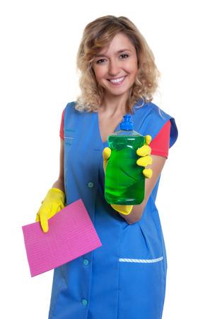 cabello rubio: Ama de casa feliz con el pelo rubio que muestra detergente Foto de archivo