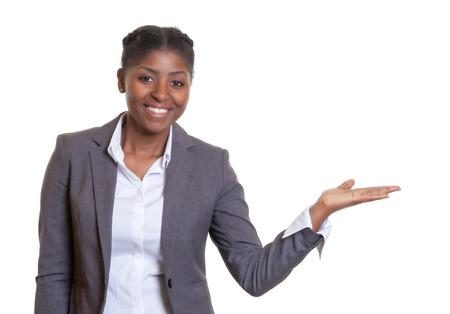 Presentatie van een lachende Afrikaanse zakenvrouw Stockfoto