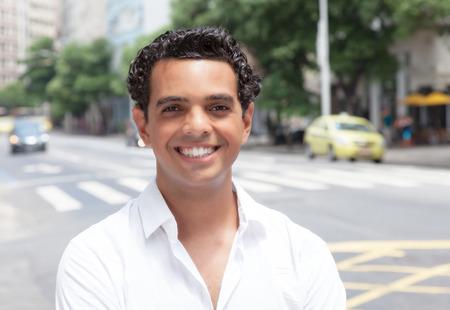 dentudo: Chico latino moderno con la sonrisa con dientes en la ciudad