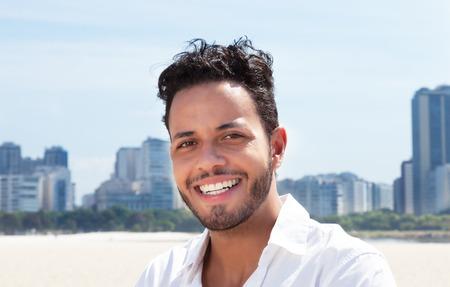 gente pensando: Hombre brasileño moderno con horizonte en el fondo Foto de archivo