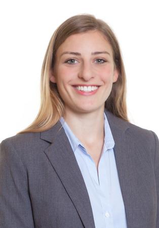 Pasfoto van een blonde zakenvrouw in een blazer