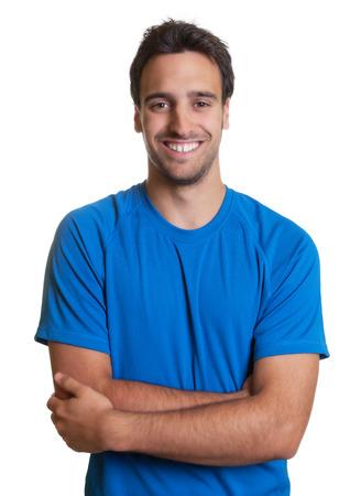 Mec latin sportif avec les bras croisés dans une chemise bleue Banque d'images