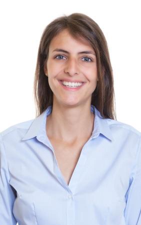 Paspoort foto van een vrouw met lang donker haar en een licht blauwe blouse