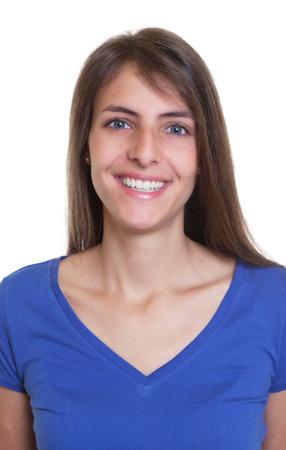 Paspoort foto van een lachende vrouw met lang donker haar