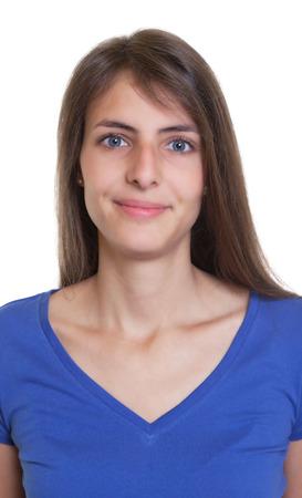 Paspoort foto van een glimlachende vrouw met lang donker haar