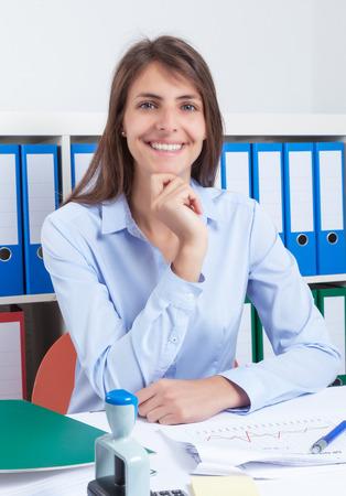 capelli castani: Segretaria attraente con lunghi capelli castani in ufficio