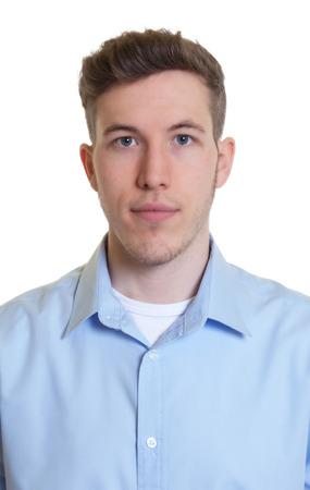 Pasfoto van een koele kerel in een blauw shirt