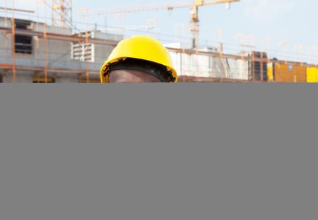 cantieri edili: Ridere africano operaio edile american in cantiere Archivio Fotografico