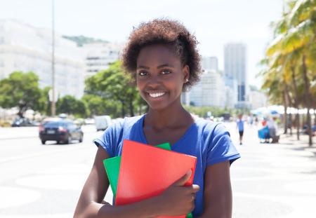 Modern Afro-Amerikaanse student in de stad Stockfoto