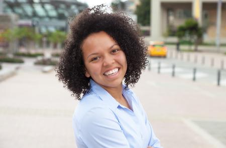 Gelukkig Afro-Amerikaanse vrouw in de stad Stockfoto