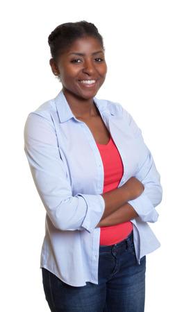 femmes souriantes: Femme africaine avec des v�tements d�contract�s et les bras crois�s