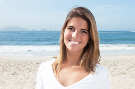 Bella donna bionda in spiaggia Archivio Fotografico - 43928305