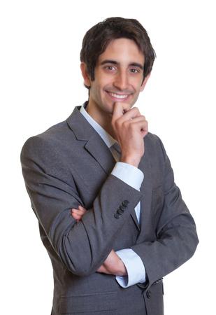 cabello corto: Empresario latino con traje y pelo corto