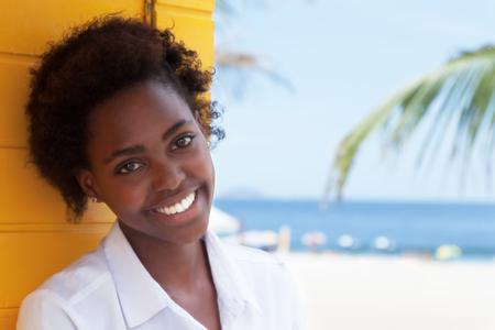 personas mirando: Ni�a afroamericana feliz cerca de la playa Foto de archivo