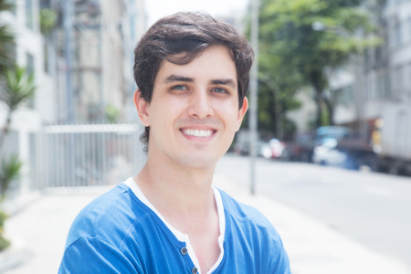 lifestyle caucasian: Young caucasian guy with blue shirt in city