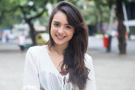 Mooie vrouw met witte blouse in een park