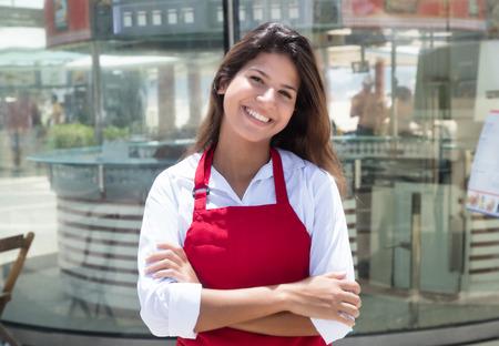 Lachende Kaukasische serveerster voor het restaurant
