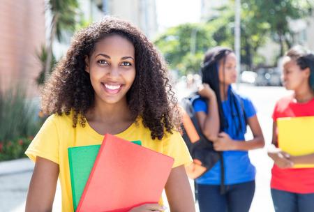 Caribbean student in de stad met vrienden Stockfoto
