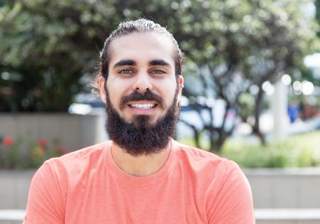 Individuo de risa con barba en la ciudad Foto de archivo