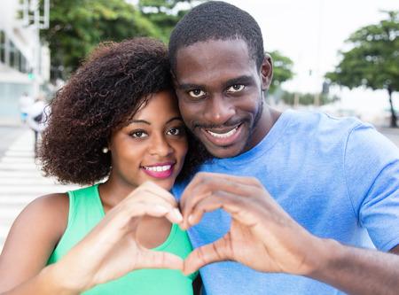Afrikaanse Amerikaanse liefde paar tonen hart Stockfoto