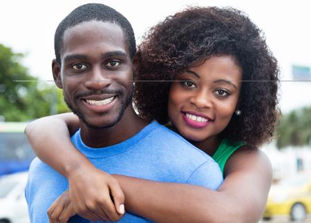 Feliz pareja afroamericana al aire libre en la ciudad