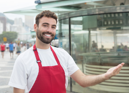 invitando: Inviting waiter with beard in front of a restaurant