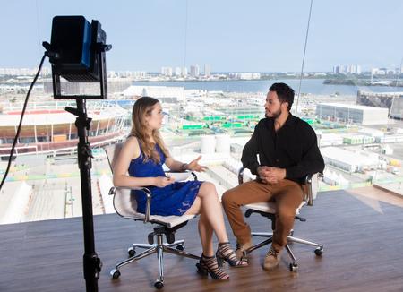 Vrouwelijke presentator vraagt ??een beroemde celebrity bij de studio van TV Stockfoto - 63535178