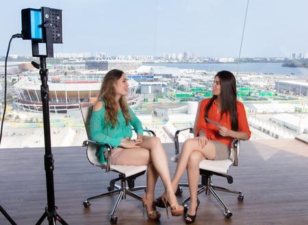 有名な女性のインタビュー美しい女性司会者