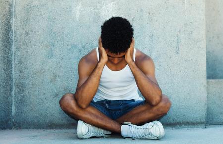 Sin hogar adulto joven latino con problemas Foto de archivo