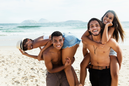 brincando: Group of love couples laughing at beach outdoor in the summer Foto de archivo