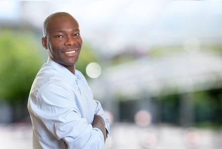 Homme d'affaires africain-américain avec les bras croisés en plein air en été Banque d'images