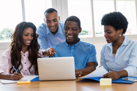 Équipe commerciale afro-américaine parle de stratégie