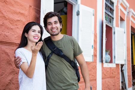 Tourist couple in a historical latin american city 版權商用圖片