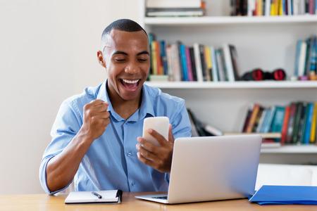 Afro-Amerikaanse zakenman die geld verdient Stockfoto