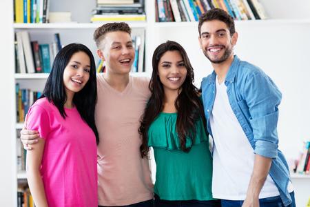 Grupo de chicas latinoamericanas y chicos europeos en el interior de la universidad