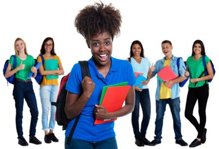 Jubelnde afroamerikanische Studentin mit einer Gruppe von Studenten